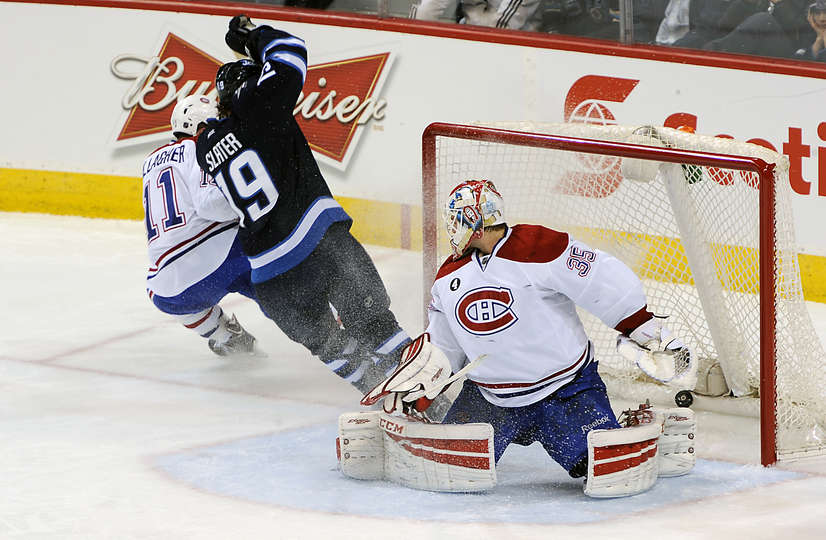 Jim Slater faz gol em Dustin Tokarski. (Foto por  Lance Thomson/NHLI via Getty Images)
