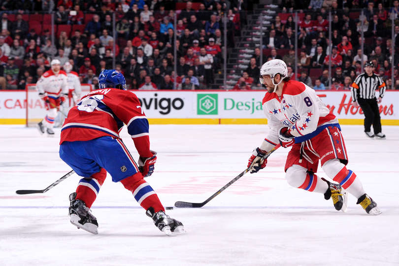 Alex Ovechkin patina com o disco na frente de P.K. Subban (Foto pot Richard Wolowicz/Getty Images)