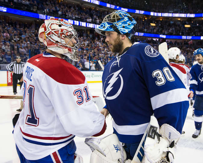 Os goleiros Carey Price e Ben Bishop se cumprimentam no final do jogo seis. (Foto por Scott Audette/NHLI via Getty Images)
