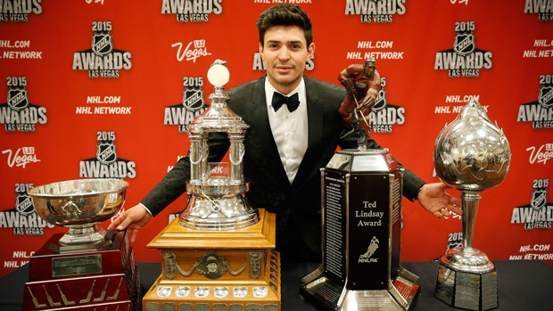 Carey Price com os quatro prêmio que ganhou no NHL Awards. (Foto por John Locher/The Associated Press)